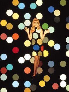 Họa tiết polka dot (chấm bi), bảng màu sặc sỡ của trường phái hội họa pop art và không thể thiếu một vài chi tiết trên trang phục năm 60.