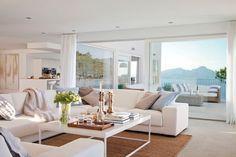 Salón blanco y cocina con vistas al mar (00301009)