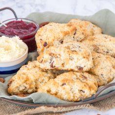 Het meringue recept van de Meringue Girls - Laura's Bakery Meringue Recept, Meringue Girls, Clotted Cream, Pecans, Scones, Bakery, Cheesecake, Vegetables, Van