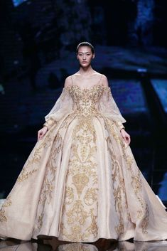 """A model parades a creation from the """"Jusere"""" collection by Yu Aiping during China Fashion Week in Beijing on November 3 / AFP PHOTO / STR / China OUT Fantasy Gowns, Fairytale Dress, Ball Gown Dresses, Best Wedding Dresses, China Fashion, Couture Fashion, Haute Couture Dresses, Mode Style, Beautiful Gowns"""