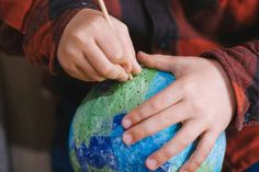 Celebra el Día de la Tierra - AEIOUTURURU | Talleres creativos para peques Paper Table, Paper Scraps, Trees And Shrubs, Earth Day, Creativity
