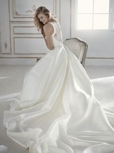 La Sposa - Wedding Dress - Trouwjurk - Bruidsjurk - Taft & Tule - Sexy - Ivoor - Ivory - Romantisch - V-Hals - Stoer - Princes - Prinsessen - Bride - Wedding - Bruid - Bruiloft - Ball Gown - Sleeves - Mouwen - Mouwtjes - Lace - Open Rug