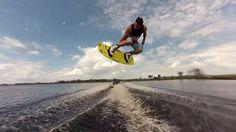 Wakeboard con Phil Soven. Continuamos con Wakeboarding en barco, esta vez de la mano de Phil Soven (CTRL Wake) con su Malibu Wakesetter 24 MXZ como protagonista y con Kyle Alberts (Hyperlite) y Dylan Miller (Slingshot Wake) como invitados. El riding de Phil en barco es espectacular, muy limpio en los trucos y con mucha altura y style, por eso es uno de los que siempre suele estar en los cajones de lo más alto en competiciones como King of Wake, WWA Nationals, Wakeboard Pro Tour…
