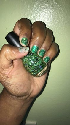 O EM GEE! This green nail polish from SinfulColors x Era Istefi #PRIDE Collection is 🔥. With some much glitter what more can I ask for? It applied very easy one coat give me life! 💚💚 ***The thumb is how it looks out the bottle applying it to your nail. The other four fingers I put a green nail polish then added the glitter nail polish on top.  @Influenster #PRIDE #SinfulColors @SinfulColors_Official #contest  I received this complimentary from Influenster for testing purposes.