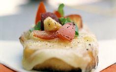 Tomat- og ferskensalat med skimmelostcrostini En dejlig lille forret eller appetizer, hvor tankerne ledes mod det solrige Italien.