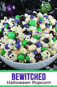 Bewitched Halloween Popcorn - sweet and salty popcorn covered in marshmallow and mixed with crunchy chocolate candy in Halloween colors. A yummy Halloween dessert that is super easy to make! Halloween Desserts, Halloween Popcorn, Fun Halloween Treats, Halloween Party, Halloween Foods, Creepy Halloween, Halloween Stuff, Halloween Costumes, Halloween Halloween