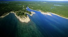 Озеро Гурон входит в комплекс Великих озер, расположенный на территории США и Канады. Это озеро соединено с озером Мичиган небольшим проливом Макино, но эти озера считаются отдельными водоемами. Водоем имеет длину 332 километра, ширину в самом широком месте 295 километров и глубину до 230 метров. Озеро славится хорошей рыбалкой на ряпушку и форель. Озеро Гурон – одно из самых популярных мест для отдыха американцев, живущих в северных штатах США.