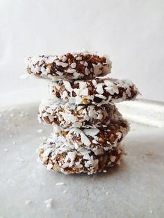 Coconut-fig-raisin-sunflower-seed-quinoa cookies. Wat je nodig hebt voor 12 gezonde koekjes: - 1/2 kopje gedroogde vijgen - 1/2 kop rozijnen - 1/4 kop ongezoete geraspte kokos, 1/4 meer voor het coaten - 2 eetlepels zonnebloempitten of gehakte noten naar keuze - 1/4 kop gekookte quinoa