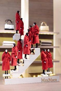 Max MARA Un show de mode en miniature. 11 mannequins présentent la veste Manuela. 1 m x 70 cm x 48 cmA miniature fashion show. 11 models (36 cm) present the Manuela coat.  - Sapins de Noël des Créateurs - 15/12/2014