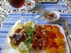 Legumes cozidos na panela de bambu. Temperados com flor de sal e azeite. Grão de bico com tomates, frango recheado com ameixa e arroz com gergelim.