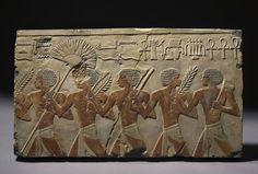 Marschbefehl: Ägyptischer Festzug aus bemaltem Gips, 59 Zentimeter lang, für 390 Euro