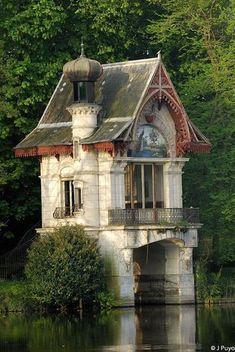 hangar à bateaux - bords du Loiret ~~~French boat house. Beautiful Buildings, Beautiful Homes, Beautiful Places, Unusual Buildings, Unusual Houses, House Beautiful, Amazing Places, Amazing Architecture, Architecture Design