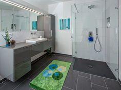 Bad In Schlichtem, Edlen Anthrazit/grau Mit Großflächigen Fliesen Und  Bodengleicher Dusche.