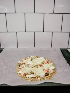 Keto-ohje: Maailman paras VHH/keto-pizzapohja Keto, Mozzarella, Pizza, Bread, Food, Meals, Breads, Bakeries, Yemek