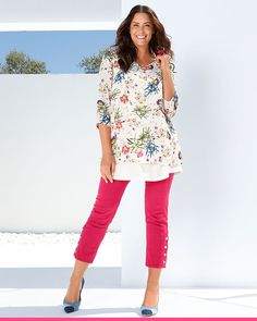 Vakker blomstrete topp perfekt for sommeren! Floral Tops, Elegant, Women, Fashion, Model, Classy, Moda, Fashion Styles, Fashion Illustrations