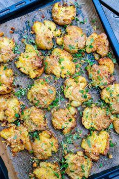 Smashed / krossad vitlökspotatis alt blomkål 6 k i l o . Parmesan Chips, Raw Food Recipes, Vegetarian Recipes, Healthy Recipes, Food N, Food And Drink, Cottage Pie, Lchf, Food Inspiration
