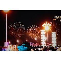 冬花火w 人混みこわい...三脚どころかスマホも揺れて揺れてちゃんと持てなかった... 一応去年最後の花火撮れてよかったねー  Happy new year 明けましておめでとうございますー 来年もどうぞよろしくお願いいたしまーす( ᐛ )و  #ふるさと #大連 #中国 #年越し #冬花火 #花火  #カメラ女子 #お写んぽ  #カメラ好きな人と繋がりたい  #写真好きな人と繋がりたい  #写真撮ってる人と繋がりたい  #instagram #instadaily #instagramer  #iphone7 #iphoneography #iphoneographytr