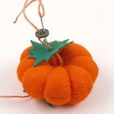Hozzávalók:   Barkácsfilc vagy patchwork anyag (narancssárga és zöld)  töltőanyag (vlies vagy gyapjú)  kenderzsinór  gomb  olló  varrótű, é...