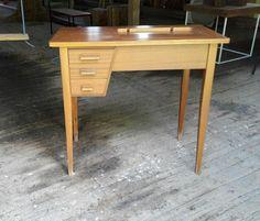 Pikkupöytä (ompelukoneelle)