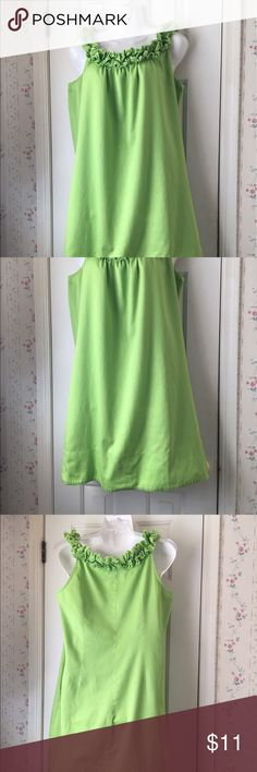 Signature : London Style Dress In excellent condition only wore a few time. Looks great with colorful sandals or can be used for a cover up at the beach. Signature : London Style Dresses Midi