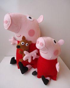 Peppa Pig em feltro com seu ursinho Teddy Não acompanha a Peppa Pig pequena