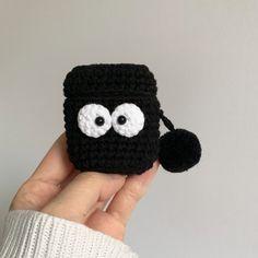 Crochet Case, Crochet Phone Cases, Knit Crochet, Stitch Patterns, Crochet Patterns, Winnie The Pooh, Halloween Crochet, Airpod Case, Crochet Accessories
