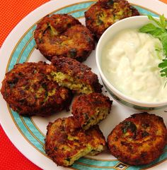 balls with yogurt. Mouth Watering Food, Food Tasting, Special Recipes, Greek Recipes, Tandoori Chicken, Finger Foods, Appetizers, Cooking Recipes, Dinner