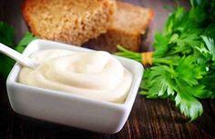 Está claro que la mayonesa con aceite tendrá una consistencia más cremosa y un sabor diferente, pero si estamos a dieta esta es una receta alternativa. Y esta muy buena y realmente útil.    Ingredientes: + 2 yemas de huevo, + 150 grs de queso crema 0%, + 1 cucharadita de mostaza, + sal, + p