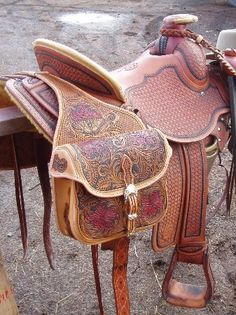 Although a beautiful piece of equipment, I'm not as experienced working with leather as would be necessary to create such an item. Therefore saddles shall not be an option in my designing process Western Horse Tack, Cowboy Horse, Western Riding, Cowboy Gear, Cowboy And Cowgirl, Horse Gear, Riding Gear, Horse Saddles, Leather Projects