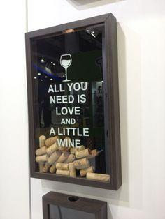 """Uma ótima opção para dar um presente com muito estilo! Esta é uma forma muito criativa para guardar suas rolhas de vinhos. Neste quadro, você guarda suas lembranças de momentos especiais. Todas as rolhas de vinhos agora tem lugar certo para serem guardadas.    Com os dizeres, """"ALL YOU NEED IS LOV..."""
