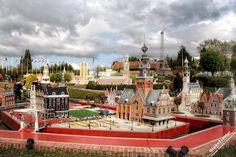 Мини-Европа – парк макетов известных зданий Европы в масштабе 1:25. На площади в 24 тысячи кв.м представлены достопримечательности 80 городов из 27 стран. Парк Мини-Европа открыт в 1989 году и расположен в Брюссельском парке Брупарке.