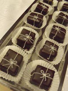 Citromhab: Birsalma-marcipán bonbon Images Of Chocolate, Lollipop Candy, Food Crafts, Macaron, Christmas Goodies, Bite Size, Cupcake Cakes, Biscotti, Cake Decorating