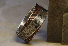 Due lati di ogni storia. Mans anello di argento e rame.