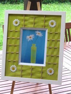 Bonjour à toutes et à tous. Et si aujourd'hui, je vous offrais des fleurs !!!! Alors voici : quelques paquerettes encadrées avec une technique de tressage papier calque et bâtonnets Toujours dans une de mes couleurs préférée : le vers anis Je vous souhaite...