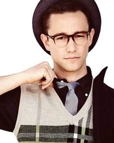It looks like geek chic is one of the hottest celebrity styles right now with big names like Zooey Deschanel, Joseph Gordon-Levitt & Emma Stone rocking the look Look At You, How To Look Better, Just For You, Divas, Beautiful Men, Beautiful People, Movies And Series, Joseph Gordon Levitt, Hollywood