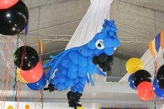 You can make bird balloons for Rio movie party decorations - Southern Outdoor Cinema expert tip for theming and enhancing an outdoor movie event.food in buckets in a pool Rio Birthday Parties, Kids Birthday Themes, 5th Birthday, Movie Party Decorations, Ballon Decorations, Rio Party, Rio Movie, Daisy Party, Tropical Party