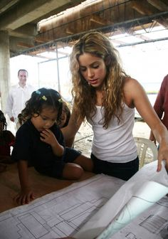 Shakira visiting the construction of the Pies Descalzos School in Barranquilla (2008)