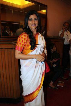 Konkana Sen Sharma poses for the shutterbugs at the opening ceremony of the 15th Mumbai Film Festival. #Bollywood #Fashion #Style #Beauty