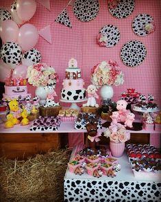 Festa Fazendinha: 140 imagens para você se apaixonar pelo tema Cow Birthday Parties, Rodeo Birthday, Farm Animal Birthday, Farm Birthday, Cowgirl Party, Farm Party, First Birthdays, Parties Decorations, Farm Birthday Cakes