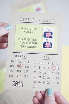 Adoramos esta inspiração de Save the Date de calendário! E ainda vem com dois adesivinhos do casal, pra você marcar em sua agenda! <3