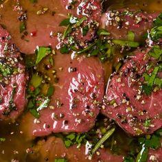 recette marinade:4 gousses d'gousses d'ail 5 ml (1 c. à thé) grains de poivre 5 ml (1 c. à thé) cumin 1 feuille de laurier 125 ml (1/2 c. à thé) sel 30 ml (2 c. à soupe) paprika 10 ml (2 c. à thé) poivre de cayenne 60 ml (1/4 tasse) huile d'olive 60 ml (1/4 tasse) vin rouge 60 ml (1/4 tasse) vinaigre de vin rouge Fines herbes fraîches au choix (coriandre, persil, origan, romarin) Préparation Dans un mortier, réunir les gousses d'ail, grains de poivre, graines de cumin, feuille de lau