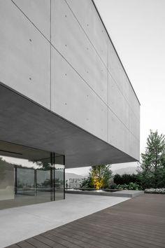 Casa MF by Studio Raro Architetti Associati Concrete Forms, Concrete Design, Led Exterior Lighting, Stone Retaining Wall, Dry Stone, Private Garden, Big Houses, Contemporary Architecture, Modern Design