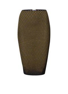 Het Italiaanse M Missoni weet als geen ander een verrassende draai te geven aan vrouwelijke klassiekers; zo ook bij deze gebreide kokerrok.De rok heeft een bodycon fit, ribgebreide afwerking en is uitgevoerd in een spectaculair getextureerd honingraad breisel in zwart met donkerblauw metallic draad en goudkleurig draad. Combineer de M Missoni rok met een witte zijden blouse, navy blazer en klassieke pumps naar kantoor, switch 's avonds naar een mouwloze zijden top en een statement ketting.