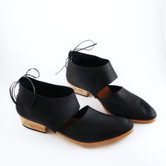 The Rakia is the go-to pair when you'd like something sensibly feminine. The backlacing adds a feminine touch to this very practical yet unique shoe. Made with a classic black leather from Italy. Wond