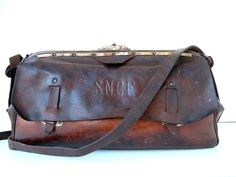 French vintage genuine leather SNCF train workers bag with brass fittings… Vintage Purses, Vintage Bags, My Bags, Purses And Bags, Leather Bags Handmade, Leather Tooling, Vintage Leather, French Vintage, Shoe Bag