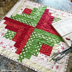 Adapt one of your favorite traditional quilt blocks for the holidays with this Christmas Log Cabin Quilt Block tutorial. Piece together novelty fabrics to build a festive log cabin quilt block, and use the block in simple Christmas quilt patterns. Diy Christmas Quilt, Christmas Sewing, Christmas Projects, Christmas Decor, Christmas Tables, Crochet Christmas, Holiday Tables, Thanksgiving Table, Xmas