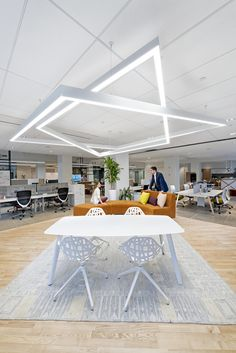 Studio O+A designed the Park Avenue showroom for furniture company Kimball, located in New York City, New York. Kimball Park Avenue is an urban design hub Office Space Design, Office Interior Design, Best Interior, Office Interiors, City Office, Open Office, Kimball Office, Office Pods, Office Lighting