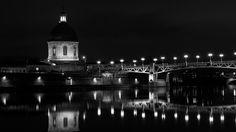 Le #pont Saint-Pierre de #Toulouse passe au-dessus de la #Garonne et relie la place Saint-Pierre à l'hospice de la Grave. C'est un pont au tablier métallique, entièrement reconstruit en 1987.  En arrière-plan, le Pont des Catalans. Toulouse, Place Saint Pierre, Grave, Steel Deck, Bridge Pattern