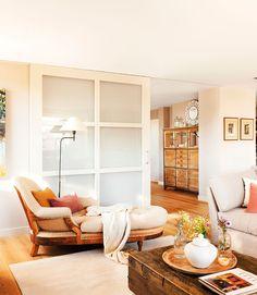 00404281. Zona de lectura en el salón con una chaise longue beige junto a un gran baúl como mesa de centro_00404281