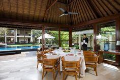installez-vous confortablement à votre table dans cette jolie villa privée à Bali  #BaliLiving #TableSet #LocationBali